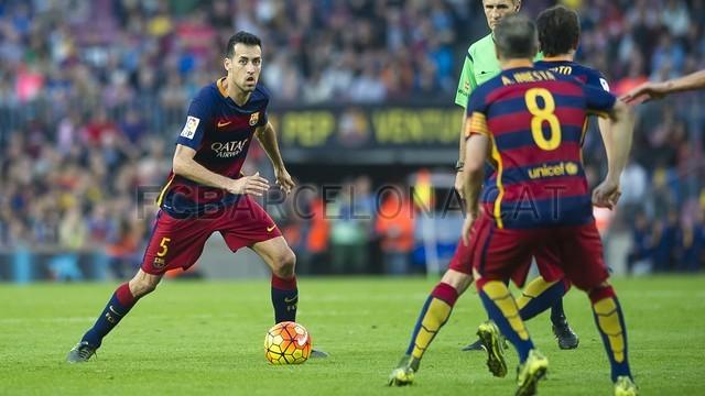 Busquets memiliki bola dan dihadapannya terdapat Iniesta