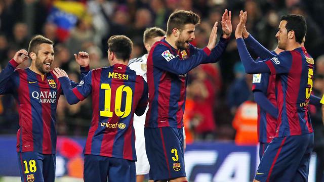 Jogadores do Barça celebrando um gol no clássico.