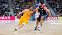 Pau Ribas drives past Bourousis during Barça's loss in Vitòria. / ACB MEDIA