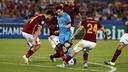 Leo Messi, rodeado de jugadores de la Roma en el partido disputado en la capital italiana / MIGUEL RUIZ - FCB