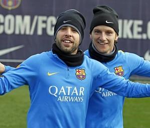 Alba e Rakitic fazem pose para a foto no treino desta quarta-feira.