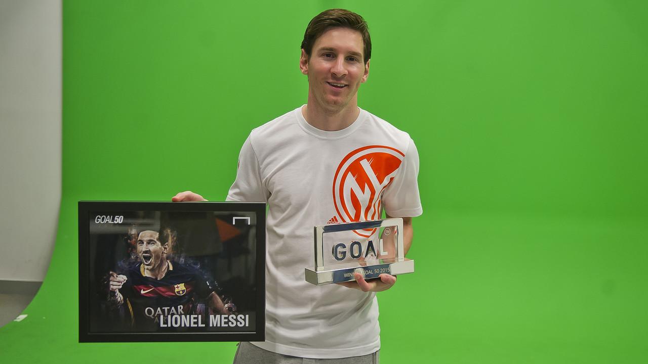 Leo Messi, con el galardón Goal50 / VICTOR SALGADO - FCB