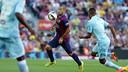 Mascherano in action in the 6-0 win last season against Granada / MIGUEL RUIZ - FCB