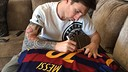 Messi signing the shirt for Ronaldinho / FCB