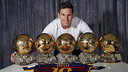 Leo Messi poses with all five of his Ballons d'Or. / MIGUEL RUIZ - FCB