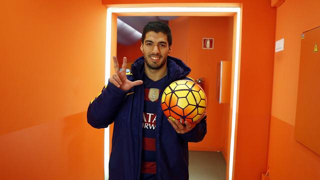 Suárez, com a bola do jogo contra o Athletic e fazendo o sinal de três com os dedos.