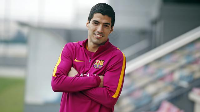 Suárez, com os braços cruzados, olhando para a câmera.