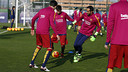 Messi disputa un balón en el entrenamiento de este jueves / MIGUEL RUIZ - FCB