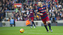 Javier Mascherano surveys the field during FC Barcelona's 2–1 victory over second-place Atlético de Madrid. / VICTOR SALGADO - FCB