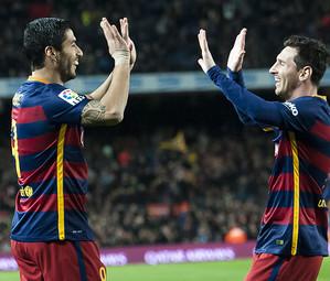 Luis Suárez e Leo Messi celebram um dos gols contra o Valencia
