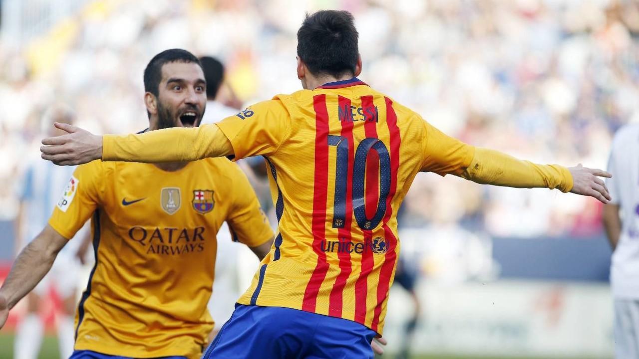 Arda Turan i Leo Messi celebren un gol contra el Màlaga / MIGUEL RUIZ-FCB
