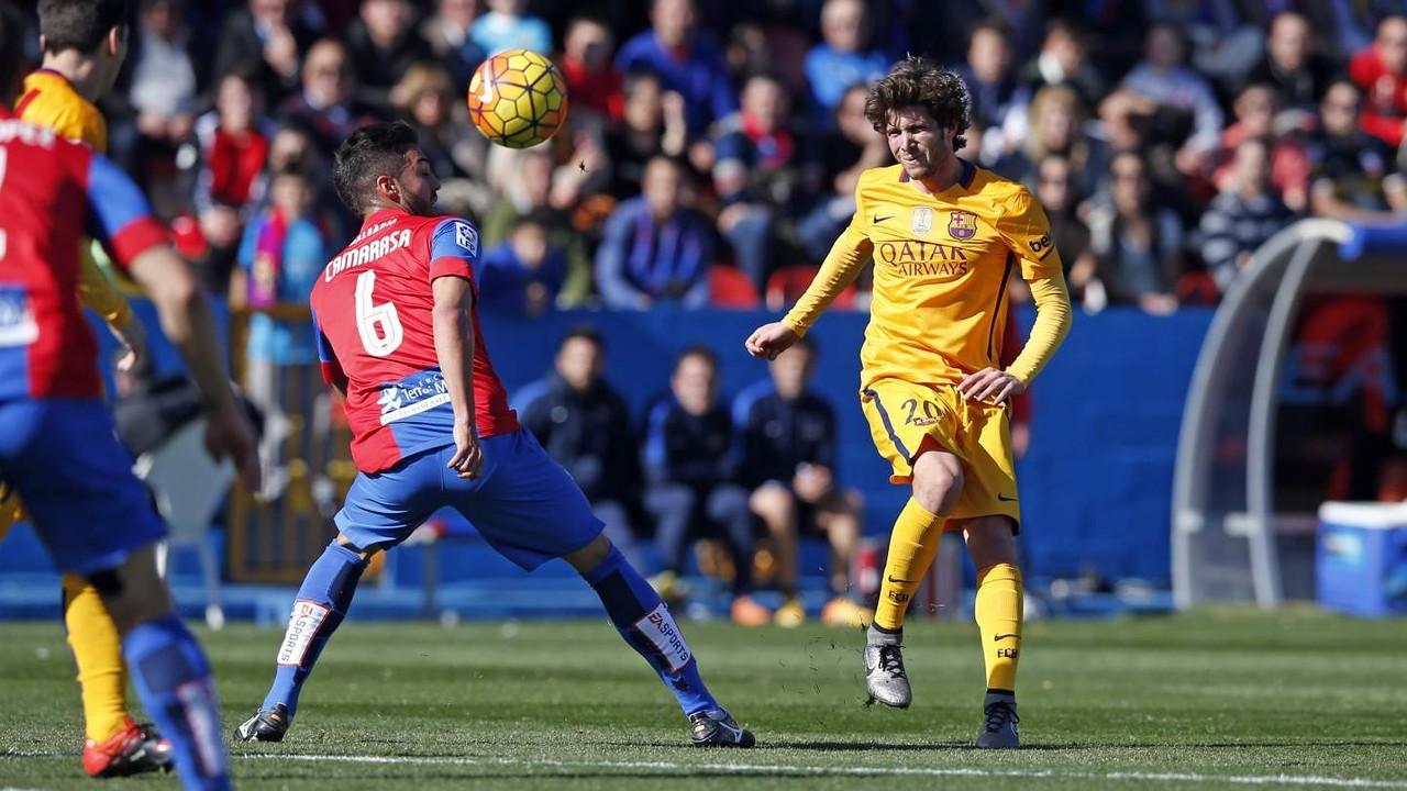 Sergi Roberto lluita per la possessió amb Camarasa / MIGUEL RUIZ - FCB