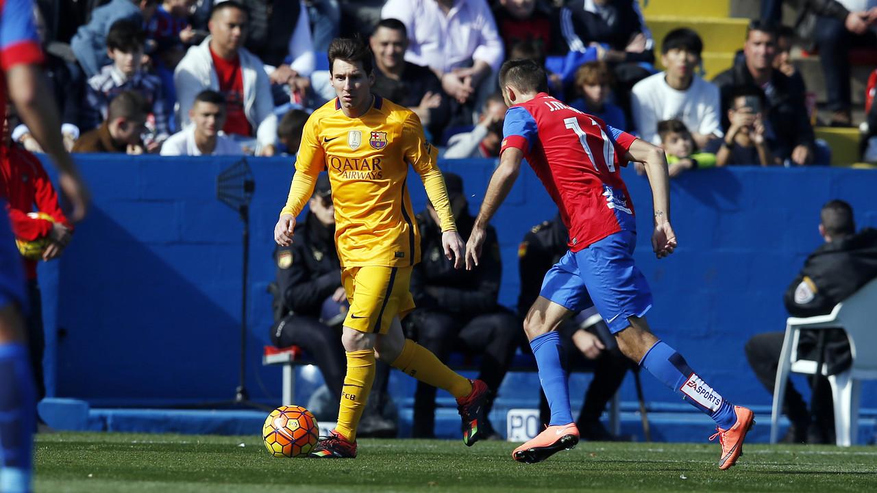 Leo Messi en una acción del partido de este domingo contra el Levante / MIGUEL RUIZ - FCB