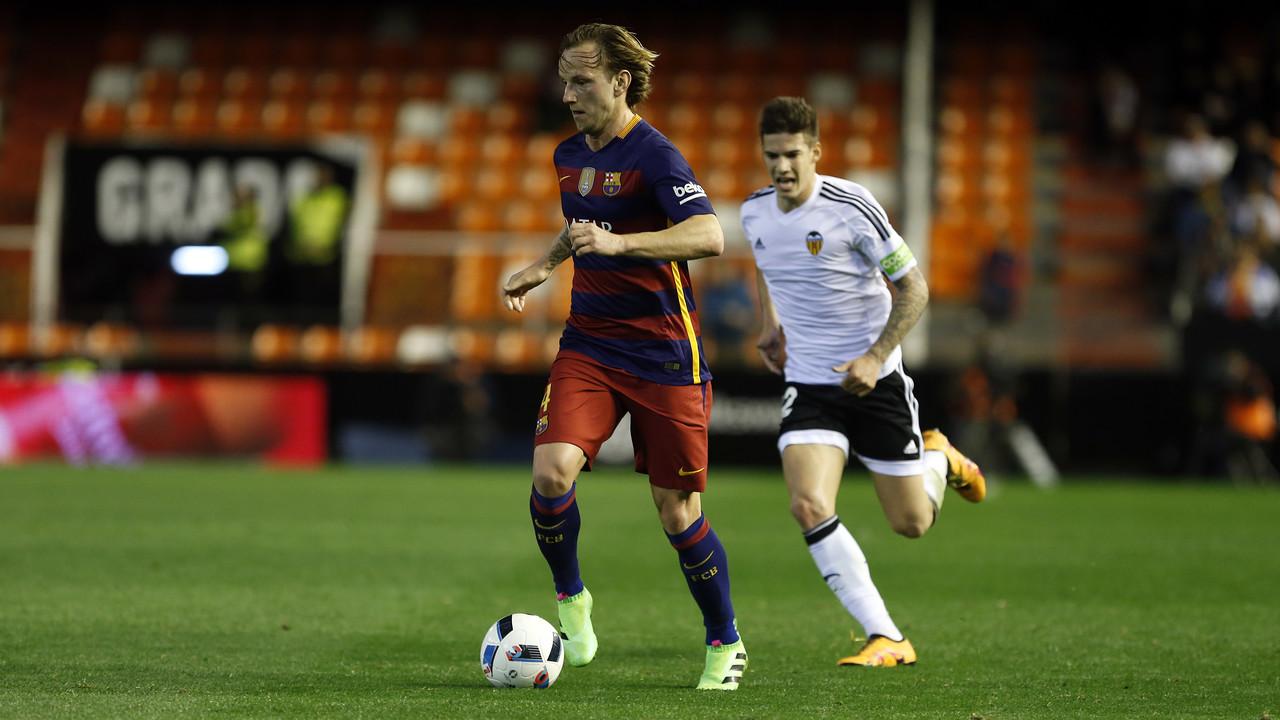 Ivan Rakitic, en una acció del partit de tornada de les semifinals de la Copa del Rei davant el València CF / MIGUEL RUIZ - FCB