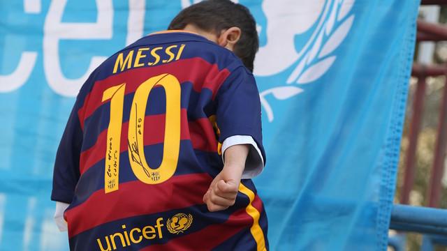 Murtaza Ahmadi has a brand new Leo Messi jersey, courtesy of the Barça star. / UNICEF