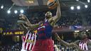 Dorsey in a rebound attempt against Greek giants Olympiacos / VICTOR SALGADO - FCB