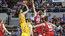 Ante Tomic shoots over Zaragoza's Henk Norel. / ACB PHOTO