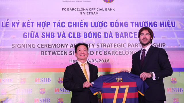 Do Quang Hien, Chairman of SHB (left) poses with FC Barcelona's Asia Pacific Managing Director, Xavier Asensi.