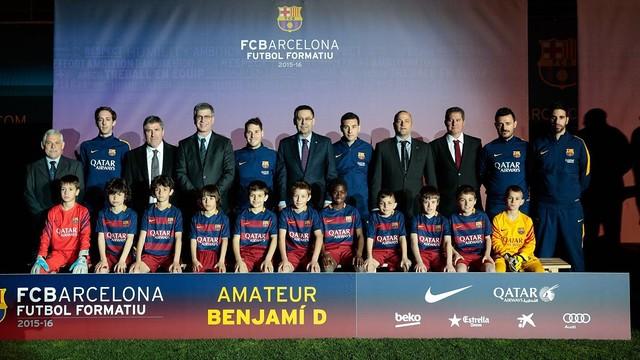 El Benjamí D, amb el president Bartomeu i la resta de responsables del Club / GERMÁN PARGA - FCB