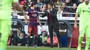 Luis Enrique gives instructions to Sergi Roberto during Saturday's game. / VÍCTOR SALGADO-FCB