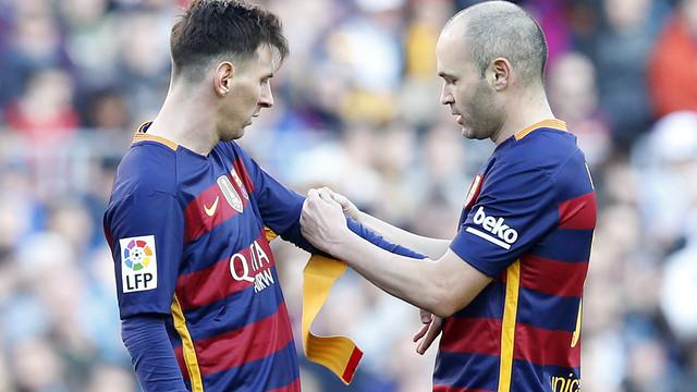 Andrés Iniesta hands the captain's armband to Leo Messi / MIGUEL RUIZ - FCB