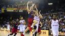 Satoransky entra a cistella davant la defensa del Brose Baskets / VÍCTOR SALGADO - FCB