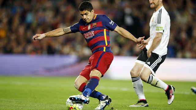 Luis Suárez rematando una acción durante el partido contra el Valencia / MIGUEL RUIZ - FCB