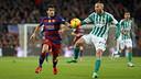 Luis Suárez en una acción del partido de la primera vuelta contra el Betis / MIGUEL RUIZ - FCB