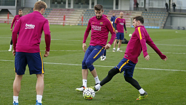 Lionel Messi, Gerard Piqué and Ivan Rakitic play keep away during the team's last training session, on Friday, 29 April 2016. / MIGUEL RUIZ - FCB