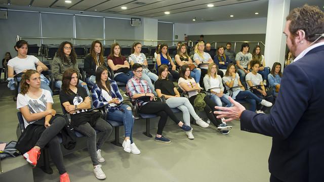 Rodrigo Arias addressed the Women's Team on Tuesday. / VÍCTOR SALGADO-FCB