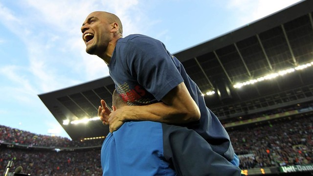 Dani Alves celebrates 2009/10 La Liga title at Camp Nou. / MIGUEL RUIZ - FCB