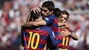 Messi s'abraça amb Suárez, autor dels dos primers gols a Granada