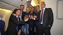 リーグ優勝を祝って乾杯するジョセップ・マリア・バルトメウ会長、ルイス・エンリケ、アンドレス・イニエスタ、ロベルト・フェルナンデス、ジョルディ・メストレ副会長、ハビエル・ボルダス / MIGUEL RUIZ - FCB