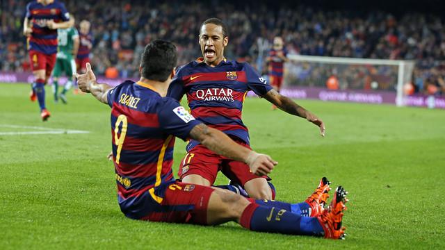 Neymar e Suárez comemorando um gol.