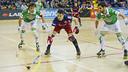 Pascual, entre dos jugadores del Liceo. FOTO: Arxiu FCB
