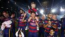 Neymar Jr et son fils sur la pelouse d'un Camp Nou en fête/ MIGUEL RUIZ - FCB