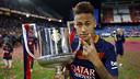 Neymar Jr, con la Copa del Rey conseguida contra el Sevilla / MIGUEL RUIZ - FCB
