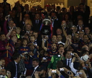 Andrés Iniesta e toda equipe na conquista da Copa do Rei