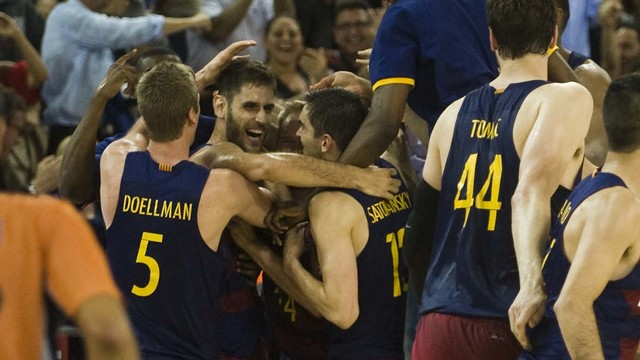 The team celebrates Perperoglou's late basket / PACO LARGO - FCB