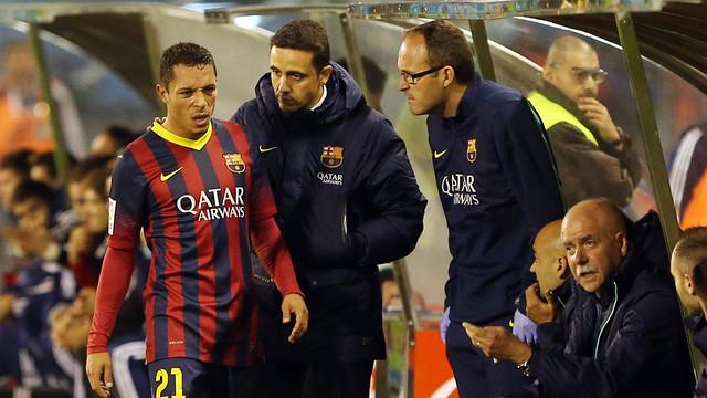 Adriano, sustituido en el primer tiempo del partido contra el Celta / FOTO: MIGUEL RUIZ - FCB